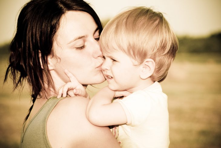Mamá besando a su hijo.