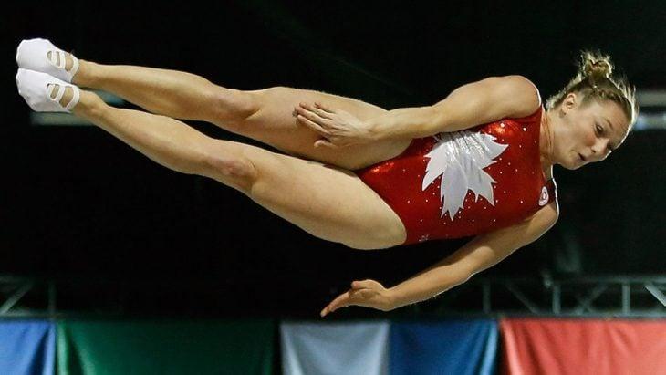Gimnasta canadiense en un salto.