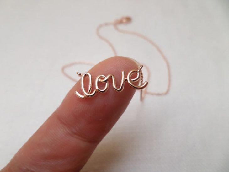 dedo con collar y la palabra love