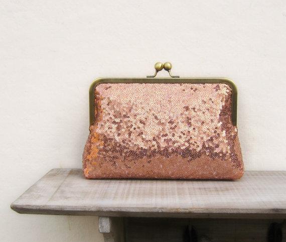 bolso de mano con lentejuelas en color rosa gold