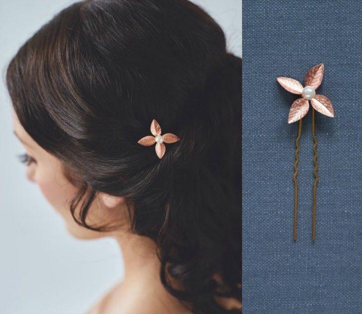 mujer de cabello negro con boby pin de flor rosa gold