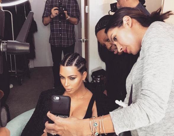 La kardashian con trenzas boxer braids en el peinador.