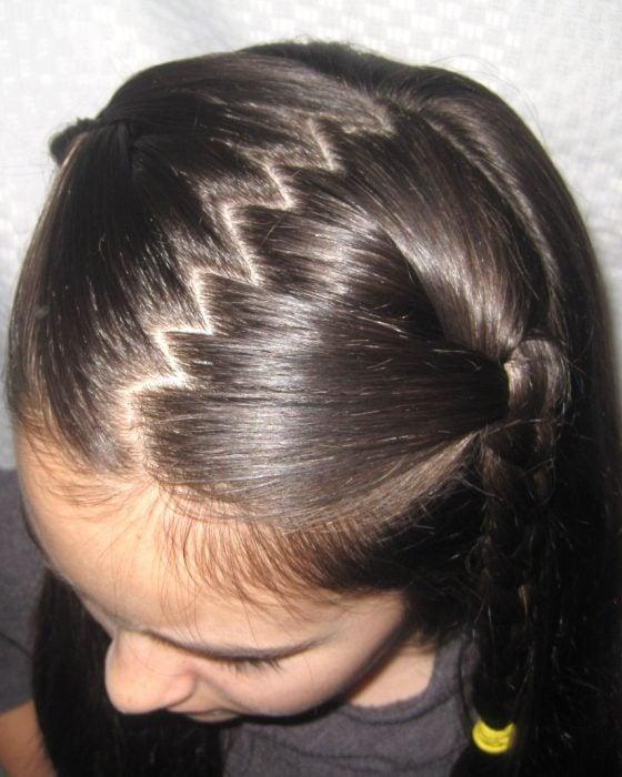 chica blanca cabello castaño con peinado de partido zig zag
