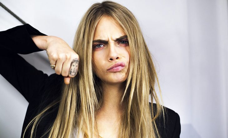 mujer rubia con puño en su cara haciendo gesto de enojo