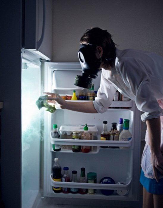 Limpiando refrigerador.