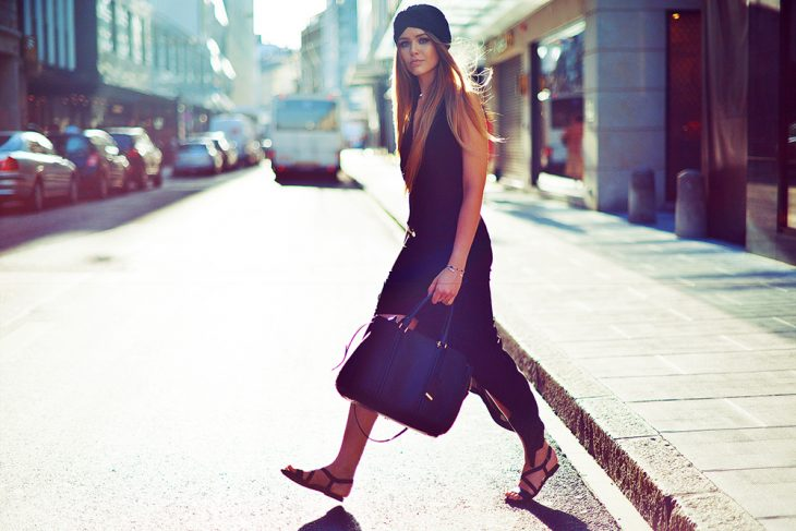 Mujer con bolsa cruzando la calle.