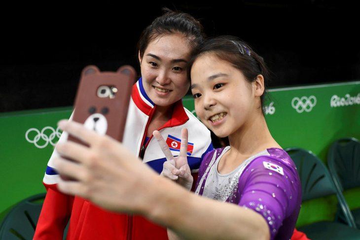 dos mujeres asiaticas sonríen y se toman selfie juntas