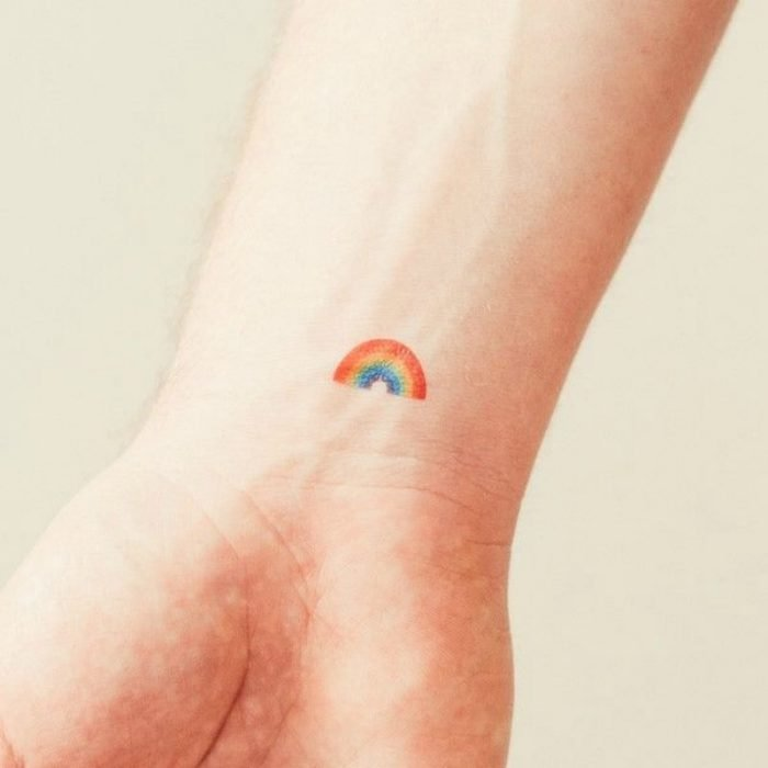 tatuaje de arcoiris en la muñeca