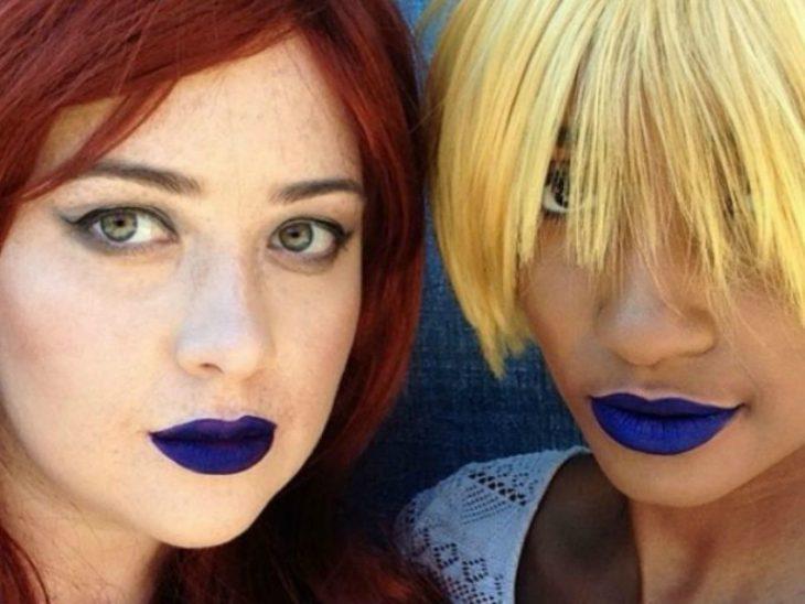 Dos mujeres de piel blanca y morena con labial azul marino
