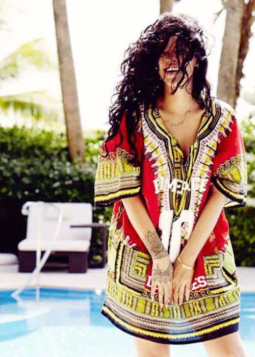mujer de cabello negro largo relajada sonriendo