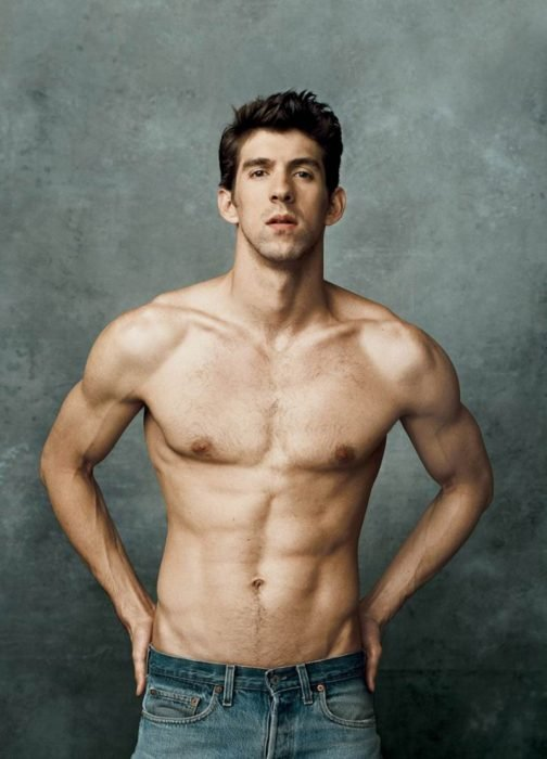 hombre musculoso atletico con manos en la cintura