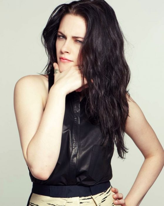 mujer de cabello negro largo pensando