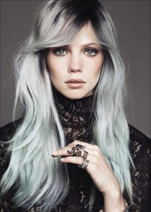 Mujer con un degradado de gris a verde fantasía.