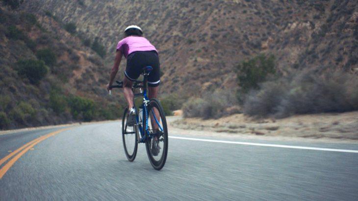 Madonna Buder en bicicleta.