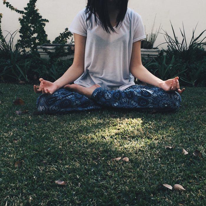 mujer en pocisión de loto meditando
