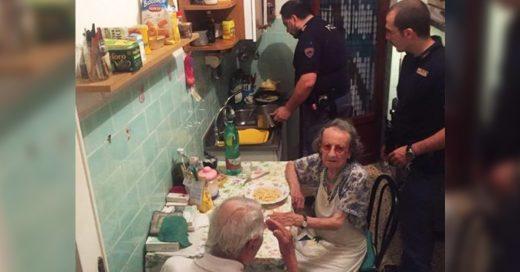 Policía cocina pasta para animar a esta solitaria pareja de ancianos que lloraban con tristeza