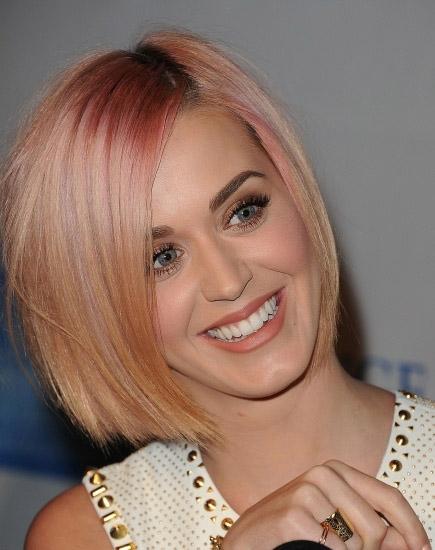 Perry con el cabello rosa dorado.