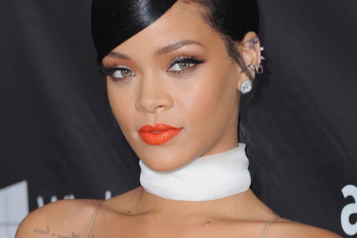 mujer morena de ojos verdes con labios color naranja