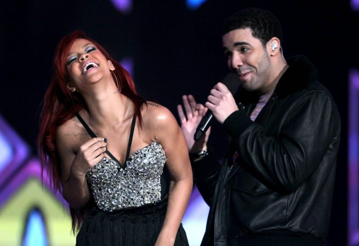 mujer riendo y hombre al lado de ella con microfono