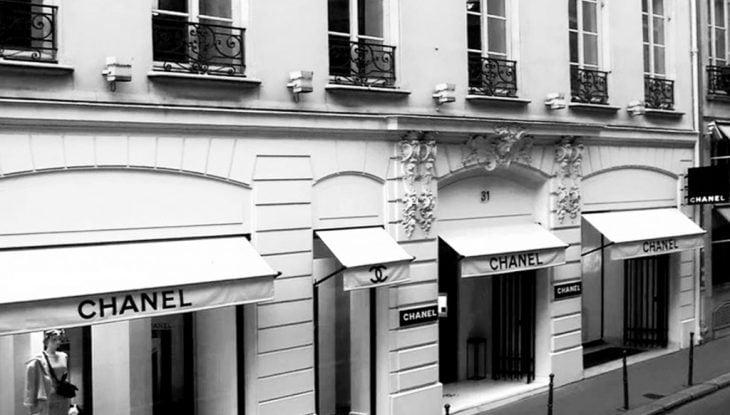 tienda blanca con logo y nombre de chanel