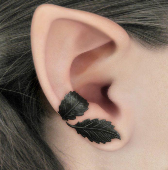 Fotografía de perfil, joven usando un Ear Cuff