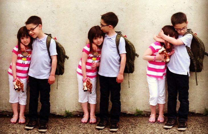 Niños abrazando a su hermana.