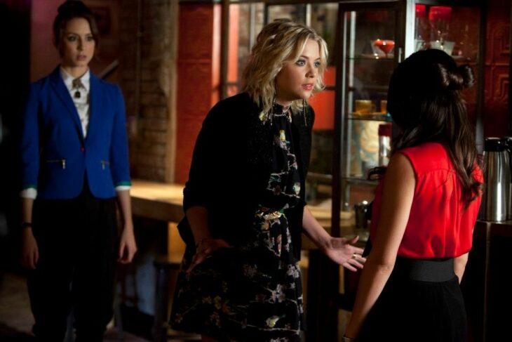 Escena de la serie Pretty Little Liars en la que dos amigas están peleando