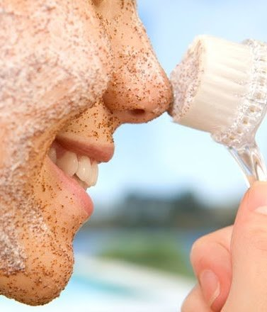 Aplicando un exfoliante natural.