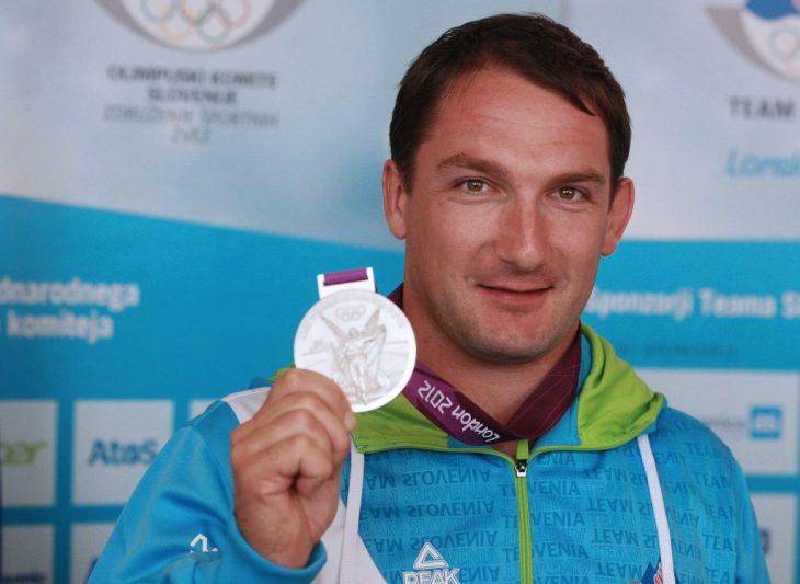 homre atleta con medalla de plata