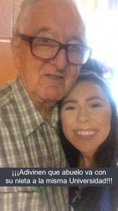abuelo con lentes y chica sonriendo