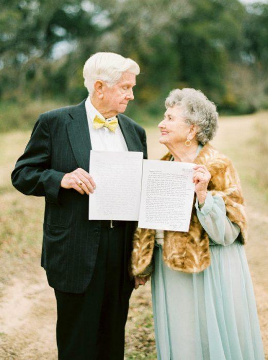 Abuelos mostrando cartas escritas por ellos.