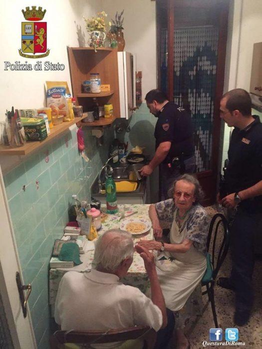 pareja de ancianos en la mesa comiendo pasta y policías cocinando