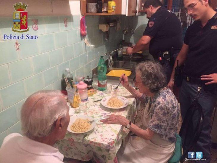 pareja de ancianos sentados en la mesa y oficiales de policia
