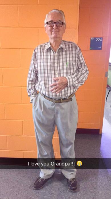 abuelo con lentes en pared naranja