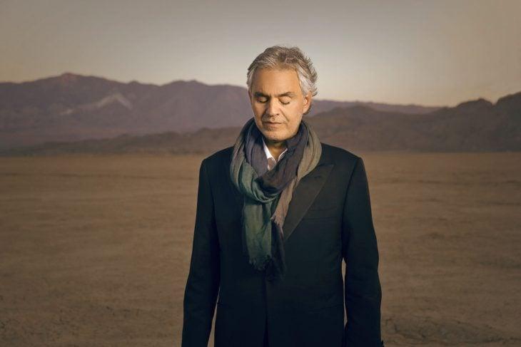 Bocelli en medio del desierto.