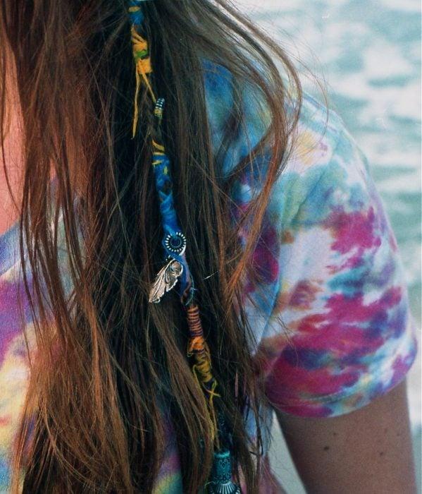 hombro de mujer y cabello largo con trenza tejida