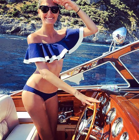 Mujer en un bote usando flamenkini.