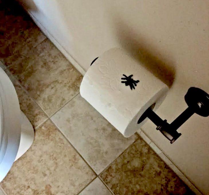 rollo de papel de baño con araña arriba