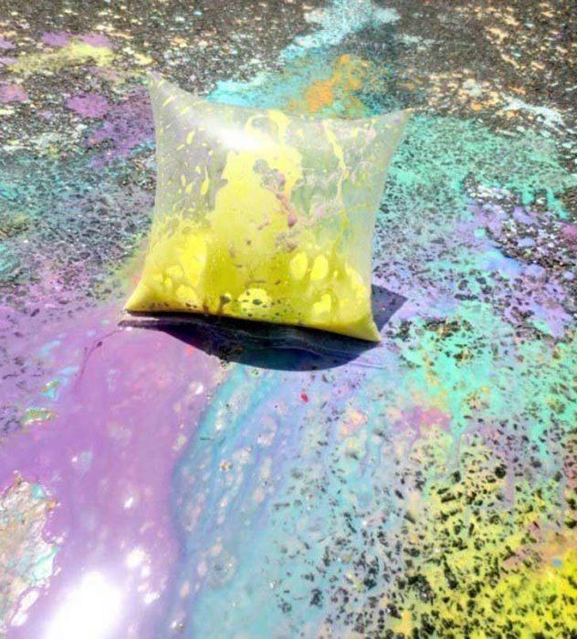Bolsas de pintura con agua.