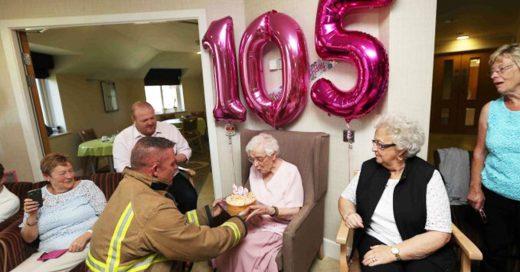 Esta anciana de 105 años sólo tenía un deseo: un bombero con tatuajes