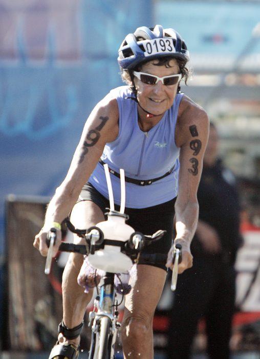 Atleta corriendo en bicicleta.