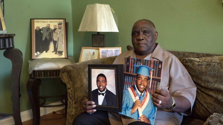 Foto de Hill sosteniendo imágenes de su hijo.