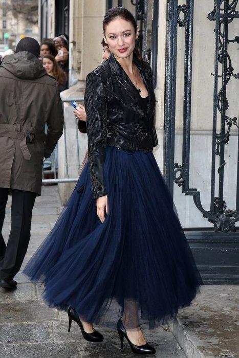 mujer con falda de tull azul y tacones