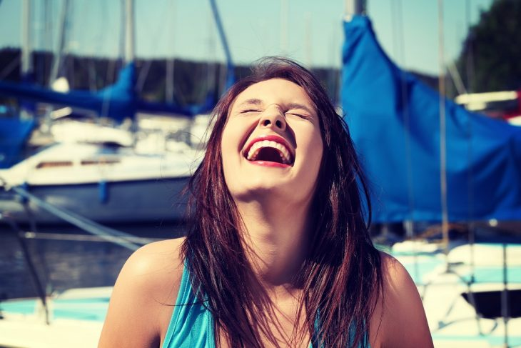 chica gritando feliz