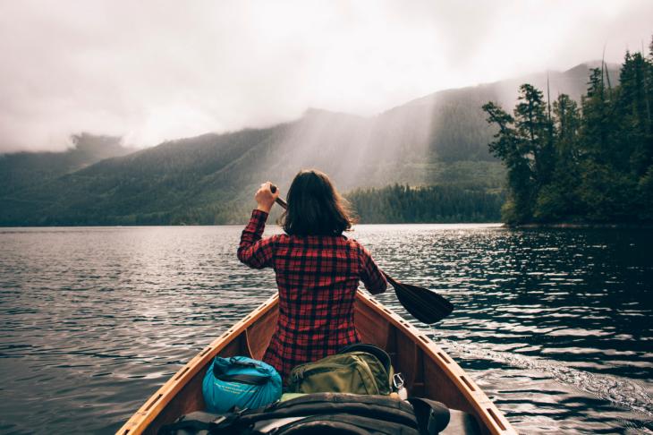 chica en kayac
