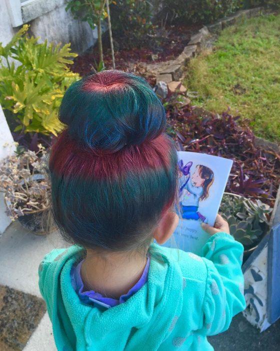 Niña de espaldas con cabello de colores.