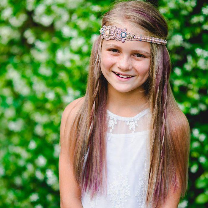Niña añade un poco de color a su cabello.