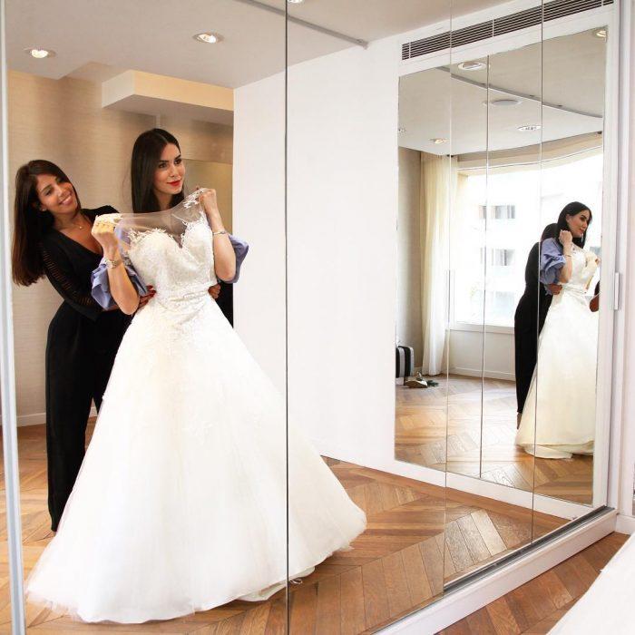 mujer con vestido de novia frente al espejo