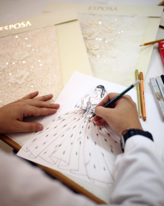 manos dibujando vestido de novia
