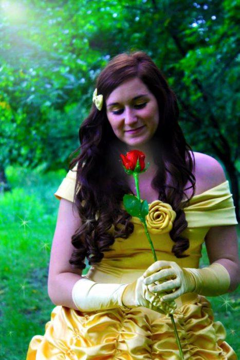 mujer con cabello castaño vestida de princesa